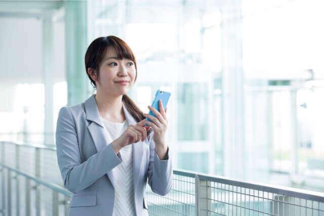 女性と携帯電話